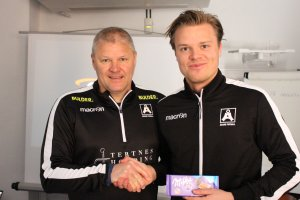 Fredrik Heggland får prisen som dagens Åsanespiller.